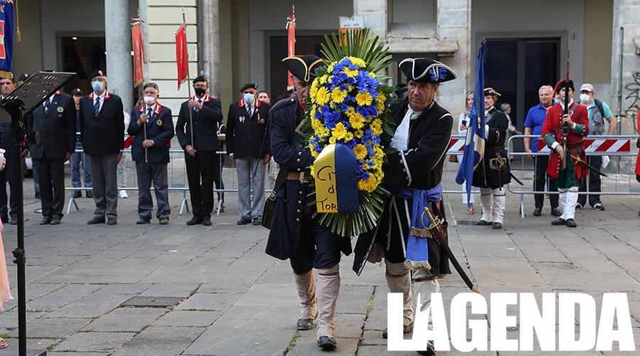 In piazza Palazzo di Città con la deposizione di corona al Principe Eugenio di Savoia